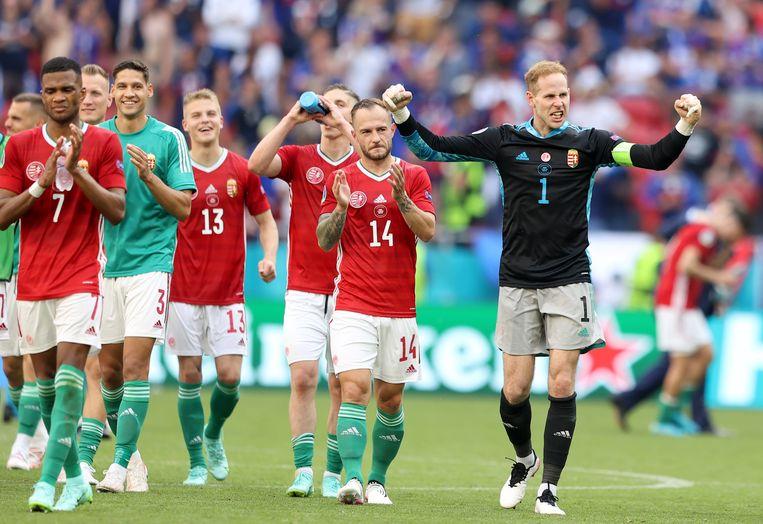 De spelers van Hongarije vieren na het gelijkspel. Beeld EPA
