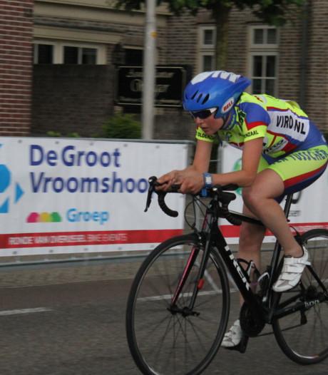 Oldenzaalse Nikki Olde Monnikhof debuteert en wint triathlon IJsselmuiden