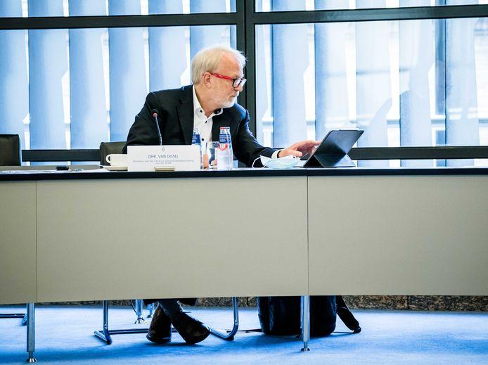 Jaap van Dissel, directeur RIVM, praat de Tweede Kamer bij tijdens een technische briefing.