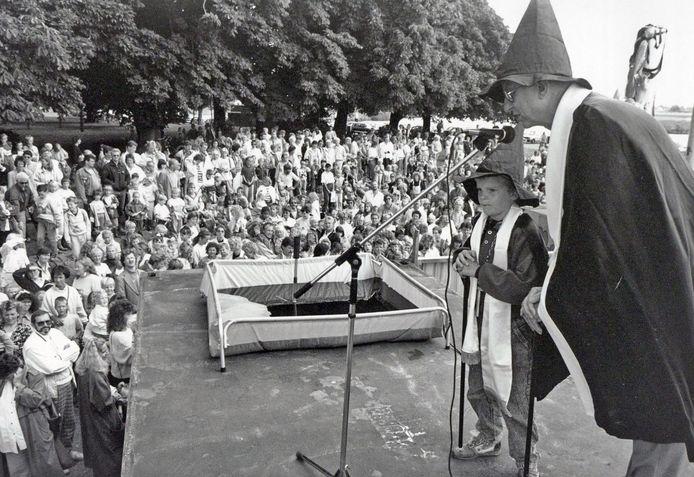 Augustus 1989: Burgemeester Vleggeert en Timmerdorp-burgemeester Remco Snoek verrichten samen de opening. Ze dragen een tovenaarsmuts omdat het thema van dat jaar 'Fantasiadorp' was.