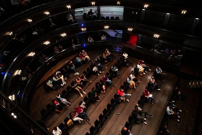 """Le spectacle """"Jonathan"""" a été présenté six fois au KVS entre le 28 avril et le 8 mai, avec un nombre croissant de spectateurs chaque fois."""