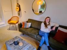 Een badkamer onder de trap en eettafel in het kozijn; Emmelie woont in een achterhuis van 25 vierkante meter