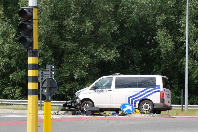 De combi ramde een verkeerslicht. Het politievoertuig is total loss en ook het straatmeubilair is ernstig beschadigd.