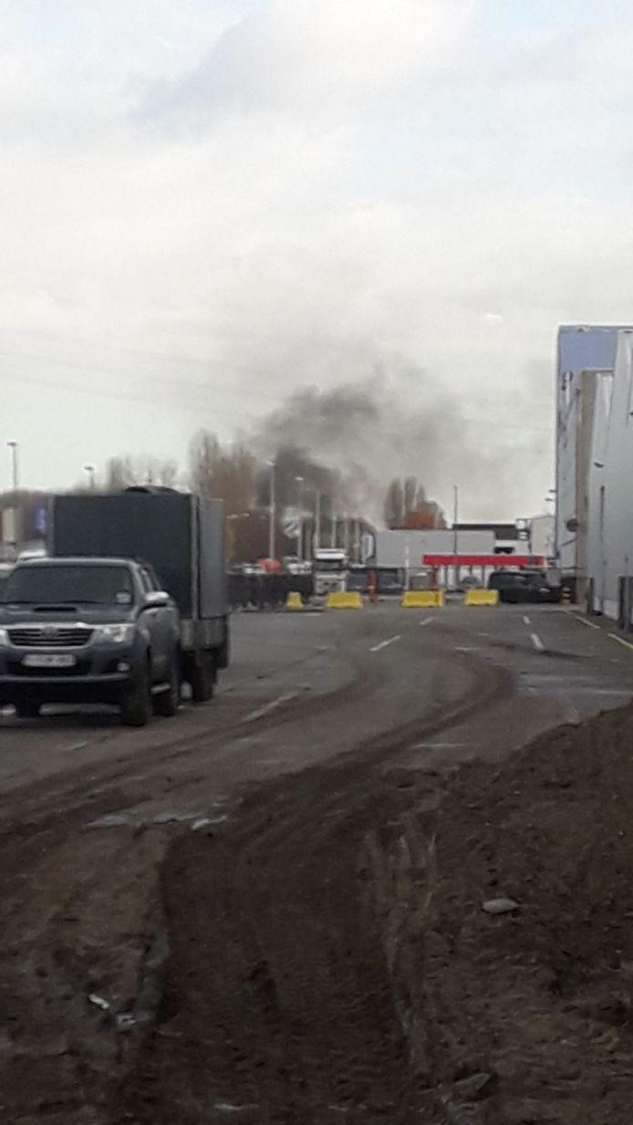 Op de Transcontinentaalweg in Ekeren ontplofte een bestelwagen.