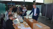 Groen-lijsttrekker Björn Rzoska stemt in sporthal Eksaarde