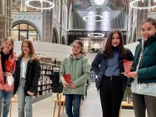 Meidenduo wint gedichtenwedstrijd en mag zich 'Jeugddorpsdichter van Vught' noemen