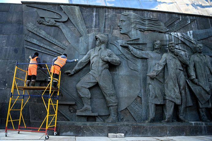 Onderhoudsmedewerkers poetsen een bas-reliëf van kosmonaut Joeri Gagarin in Moskou.