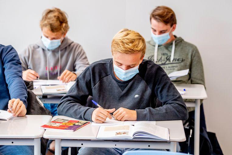 Leerlingen dragen mondkapjes tijdens een les op een school in Rotterdam. Beeld Hollandse Hoogte / Robin Utrecht