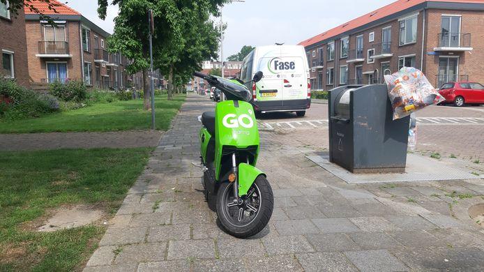 Een op de stoep geparkeerde scooter in de wijk Dieze-Oost.