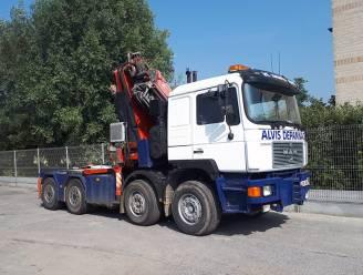 Vrachtwagen glijdt in gracht na uitwijkmanoeuvre in Waregem