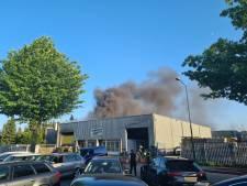 Grote brand bij autodealer in Kaatsheuvel onder controle