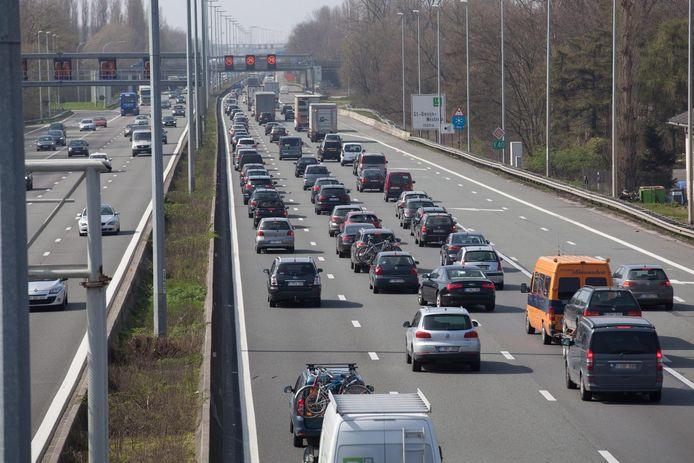 Met een weefstrook zou het verkeer tussen Zwijnaarde en Sint-Denijs-Westrem vlotter moeten verlopen.