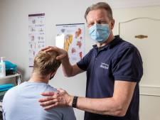 Fysiotherapeut heeft handen vol aan verkrampte thuiswerkers: 'Rug en nek in de knoop'