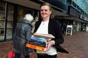 Patrice van der Veen van Het Verboden Rijk bezorgt boeken aan huis.