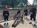 Kanoniers bij het kanon waarmee de openingshandeling van De Rooi Pannen werd verricht