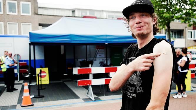 Nathan (19) haalde zijn vaccin in de prikbus van de GGD: 'Nu ben ik in één keer klaar, net zo makkelijk'