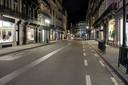 Lege straten bij de ingang van de avondklok.