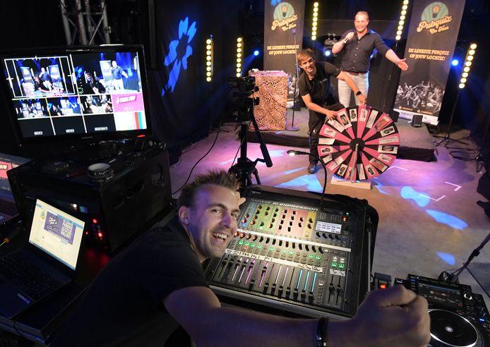 Dodewaared DJ Kelvin (voorgrond) met Lex van Sommeren en Jurgen van Neerbos.
