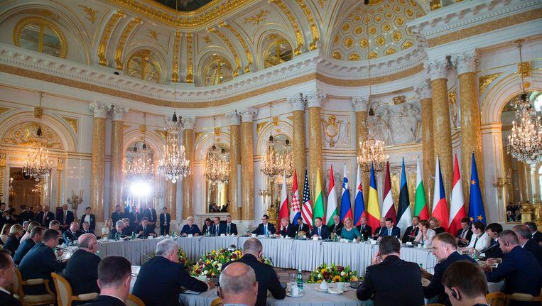 De Amerikaanse president Trump (overkant tafel met hand aan zijn oor)woont donderdag de vergadering van Oost-Europese landen bij in het paleis in de Poolse hoofdstad Warschau. Beeld afp