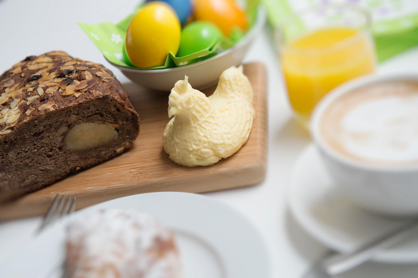 Paaseieren op tafel tijdens het paasontbijt.