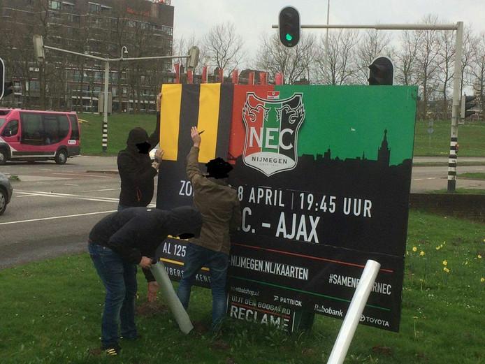 Vitesse-fans zijn bezig het brod te 'verfraaien'.
