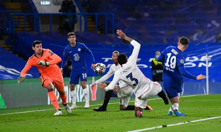 Mason Mount (r.) maakt het tweede doelpunt voor Chelsea tegen Real Madrid. Door de 2-0 is de finaleplaats voor de Londense club definitief. Beeld REUTERS