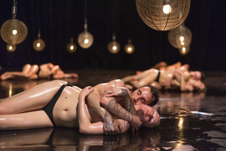 De performers in Jan Fabres 24 uur durende 'Mount Olympus' slapen en waken op scène. Beeld RV - Wonge Bergmann