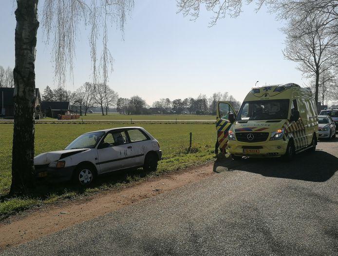 De auto is tegen een boom aan de rechterzijde van de Pinnendijk tot stilstand gekomen.