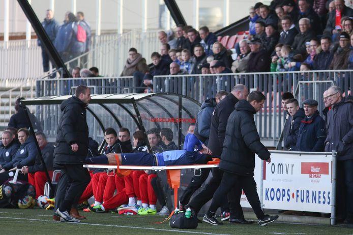 Nicky Kuiper verlaat per brancard het veld in de oefenwedstrijd van Jong FC Twente bij IJsselmeervogels. Meerdere kruisbandblessures maakten een einde aan zijn actieve carrière.