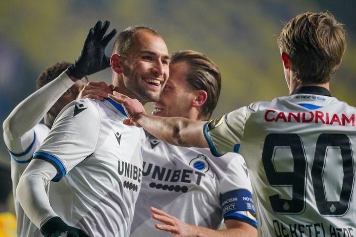 Bas Dost wordt na zijn eerste goal voor Club Brugge gefeliciteerd door Ruud Vormer en aangever Charles De Ketelaere.