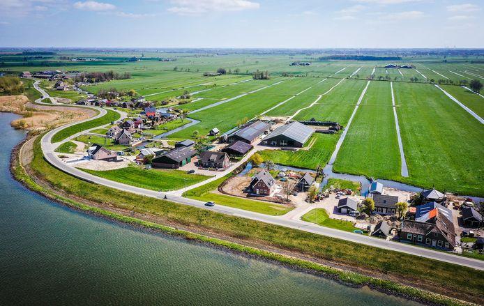 De Lekdijk in Nieuw-Lekkerland, nabij het zogeheten 'zwaantje' vanuit de lucht.