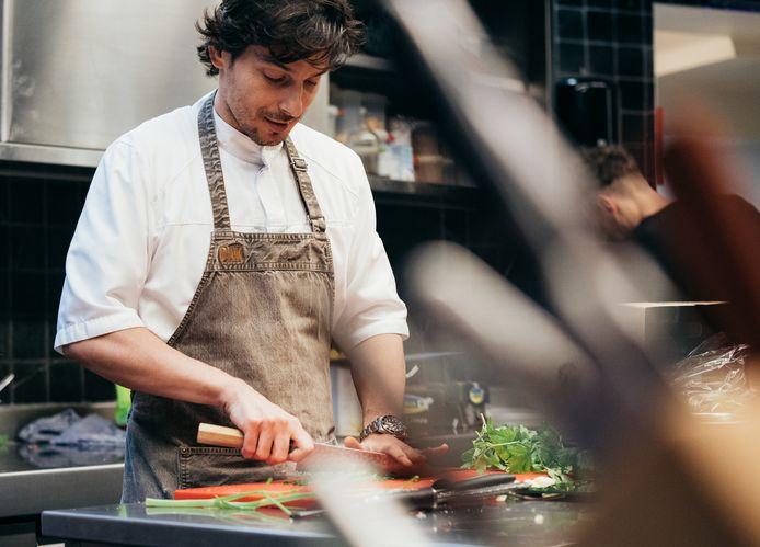 Marcelo Ballardin aan de slag in zijn keuken.