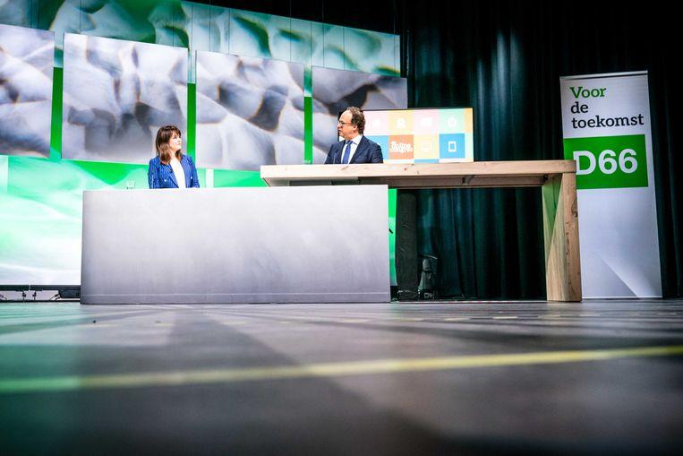Vicepremier Wouter Koolmees wordt tijdens het online partijcongres van D66 bevraagd door tv-presentatrice Sofie van den Enk.  Beeld ANP/Rob Engelaar