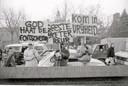 Familieleden die hun geliefden terugwilden demonstreerden in 1987 bij het klooster in Velddriel, waar de Gemeente Gods destijds huisde.