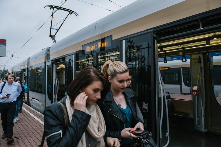 Een tram in Drogenbos. In drie jaar heeft de MIVB haar aanbod van trams met 27 procent uitgebreid. Beeld Wouter Van Vooren