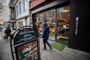 Delicious Store, hier op archiefbeeld, was twee weken dicht op last van burgemeester Jorritsma van Eindhoven. Bij een mondkapjescontrole begin januari nam de eigenaar een agent in een wurggreep.
