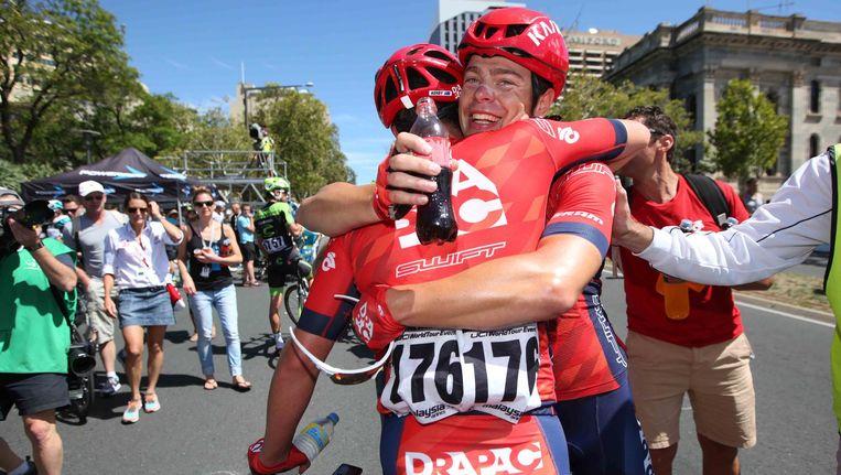 Dolle vreugdetaferelen bij ritwinnaar Wouter Wippert en zijn ploegmaats van Drapac Pro Cycling. Beeld Getty