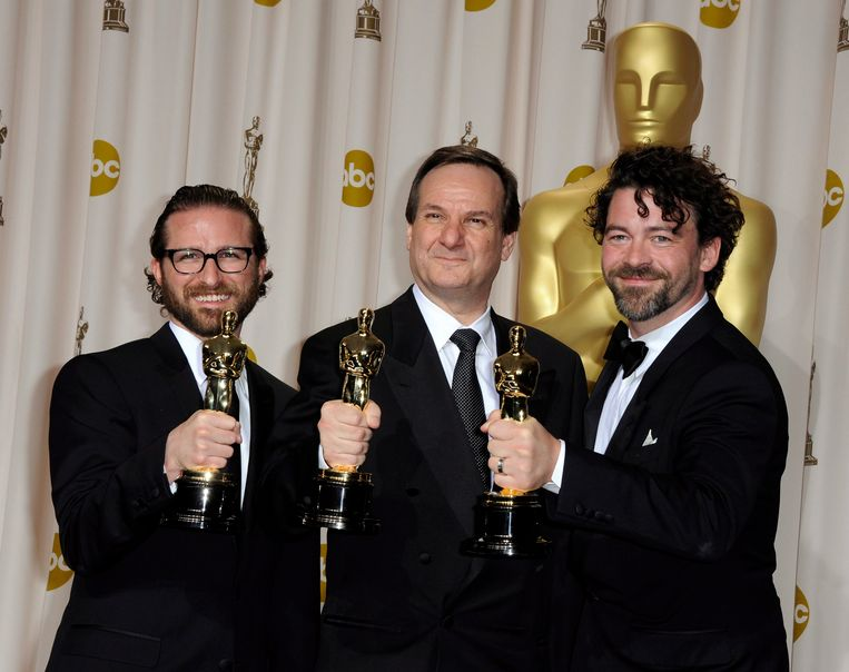 Rob Legato (in het midden) tijdens de Academy Awards in Hollywood in 2012. Beeld EPA