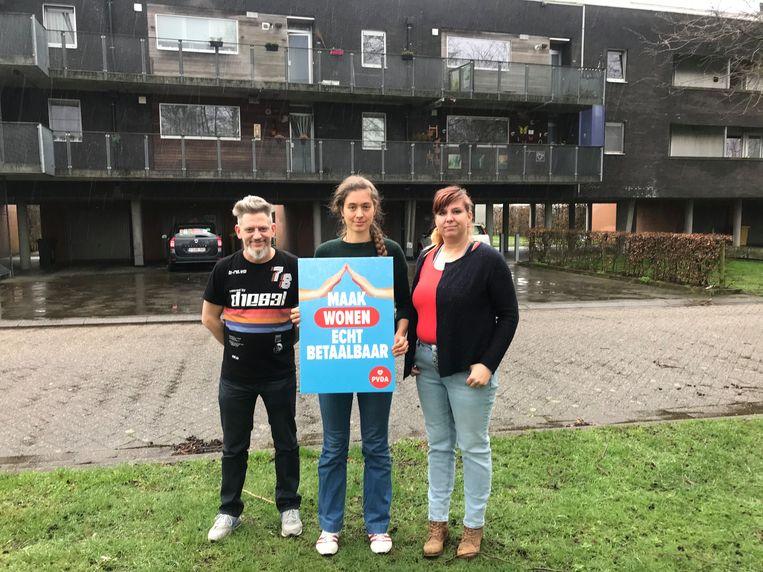 Kelly Verhoeven (bewoner), Edith Vandenabeele (voorzitster PVDA Nijlen) en Ann Verswijvel (bewoonster) aan hun sociale woonblok.
