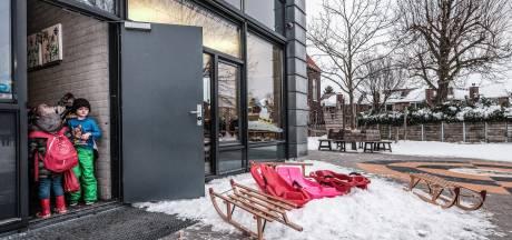 Parkeerplaats vol sleetjes bij kleuteringang: 'dubbel feest'
