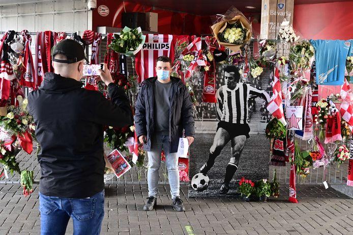 Buiten het Philips Stadion was er een bloemenzee voor de overleden Willy van der Kuijlen.