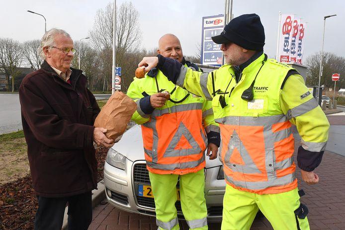 Theo Hubers (l) en de verkeersregelaars. Links: Henk, rechts: Henk.