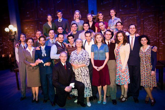 De cast poseert zaterdag tijdens de galapremière van de Soldaat van Oranje in de TheaterHangaar op de oude vliegbasis Valkenburg bij Katwijk.