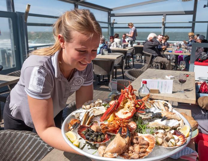 Archieffoto: Charlotte Zwolle serveert fruits de mer bij De Oase in Domburg. De Zeeuwse horeca schreeuwt om bedienend personeel.