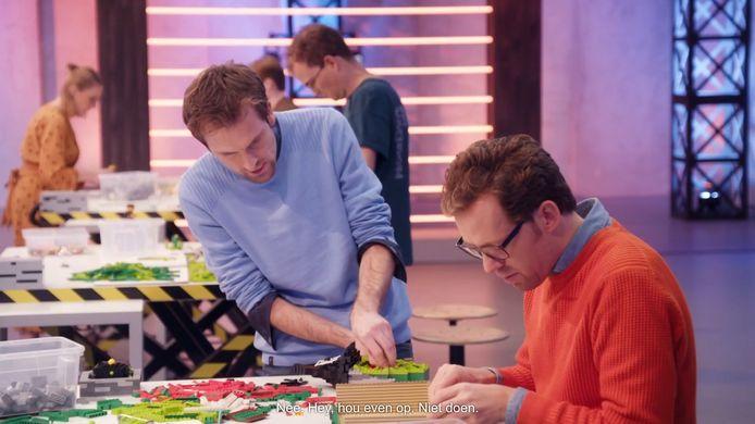 Thomas (links) en Roy volop aan de slag in LEGO Masters