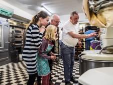 De wekker ging om 05.00 uur bij bakkers in-de-dop Anna en Karlijn en burgemeester Carol