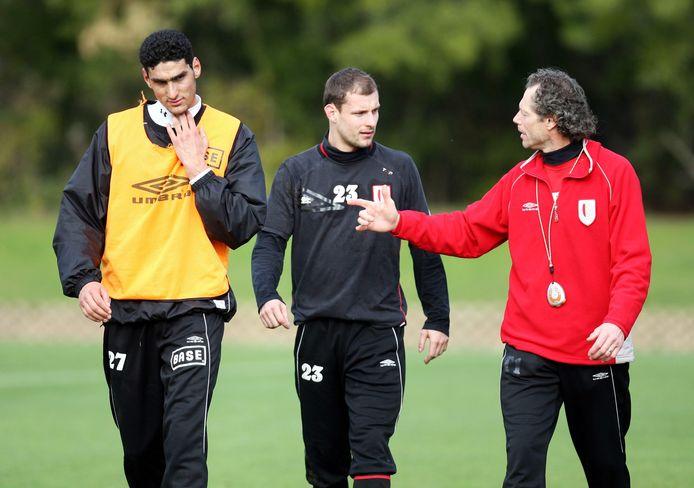 Marouane Fellaini en Milan Jovanovic luisteren naar de coach.