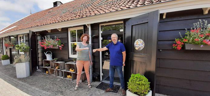 Coördinator Pauline Klerkx van het Odensehuis Schouwen-Duiveland en Marcel Willemse van Boerderij Molenberg voor de deur van de lunchboerderij in Burgh-Haamstede