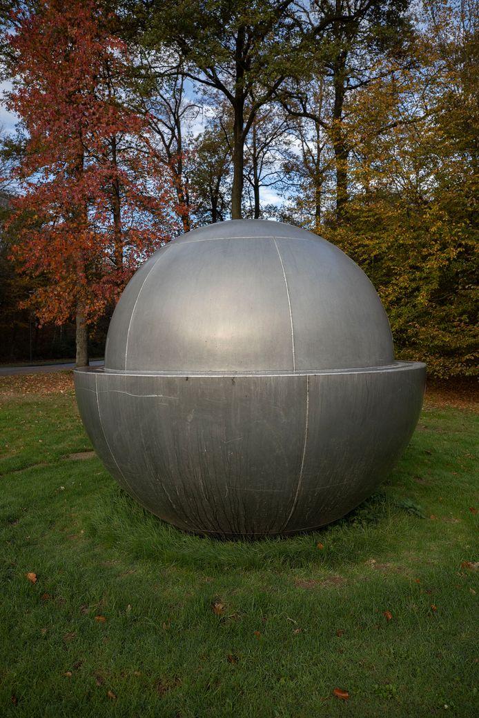 De halve globe met daarin een bol: het beeld moet associaties oproepen met het lichten van een schedel.