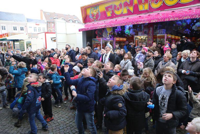 Er is steeds veel volk bij de Kweikersworp op carnavalkermis.